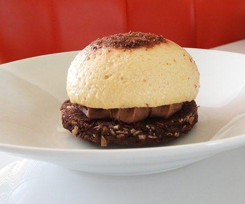 Dôme mascarpone-vanille sur un crémeux chocolat-praliné et son biscuit chocolat-flocons d'avoine