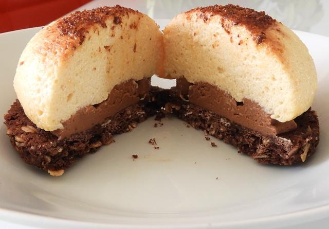 dôme de masacarpone à la vanille sur un crémeux chocolat praliné etun biscuit chocolat flocons d'avoine