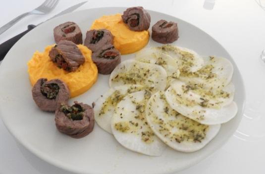 Bœuf aux herbes, crème de carottes et carpaccio de navet : un plat healthy et savoureux